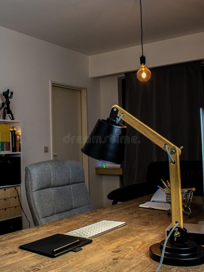 Άδειος φωτισμός δωματίου γραφείου με λάμπα γραφείου στοκ φωτογραφία