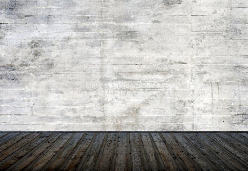 Άδειο δωμάτιο σε διαμέρισμα ή μουσείο με ανοιχτό γκρι τσιμεντένιο τοίχο και ξύλινο δάπεδο στοκ φωτογραφία