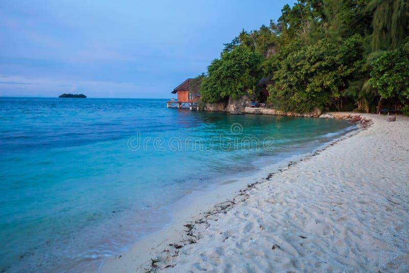 Άθικτη τροπική παραλία φωτογραφιών στο νησί του Μπαλί στο ηλιοβασίλεμα Θερινή εποχή Μπανγκαλόου στο χωριό της Ινδονησίας οριζόντι στοκ εικόνα