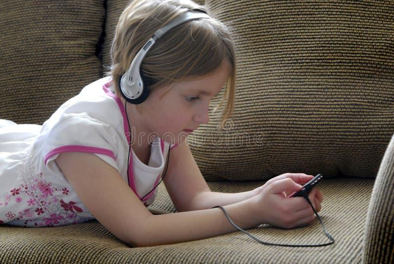άκουσμα κοριτσιών mp3 τις ν&epsil στοκ εικόνα