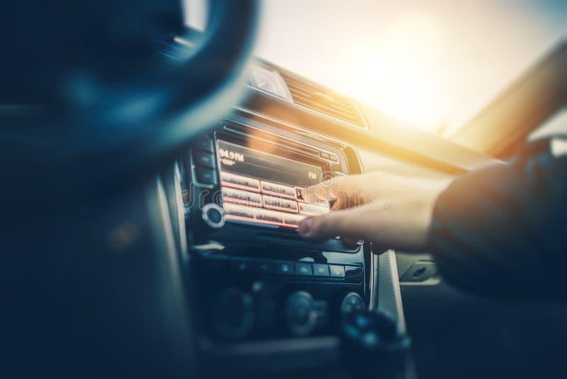 Άκουσμα ραδιοφώνων αυτοκινήτου στοκ εικόνα με δικαίωμα ελεύθερης χρήσης