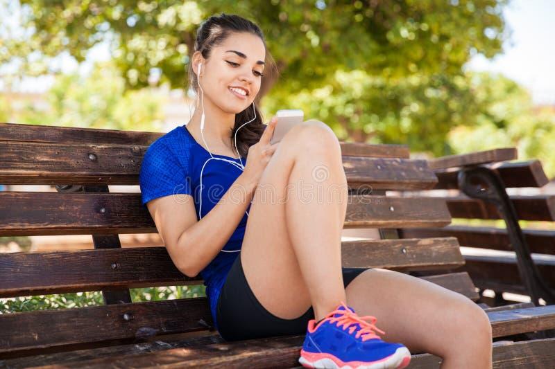 Άκουσμα τη μουσική σε ένα πάρκο στοκ εικόνα με δικαίωμα ελεύθερης χρήσης