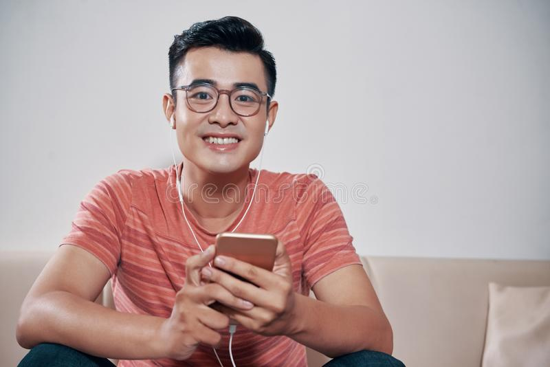 Άκουσμα τη μουσική στοκ εικόνα με δικαίωμα ελεύθερης χρήσης
