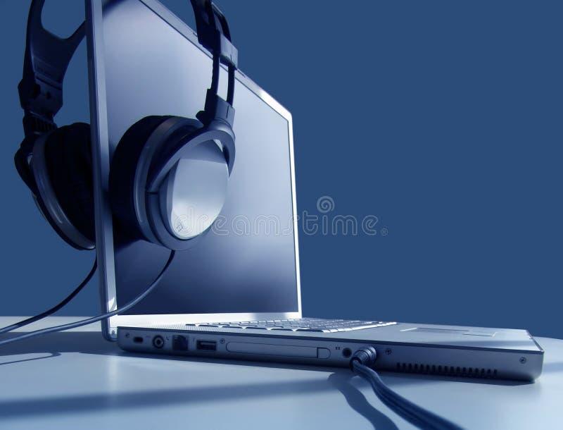άκουσμα lap-top στοκ φωτογραφία με δικαίωμα ελεύθερης χρήσης