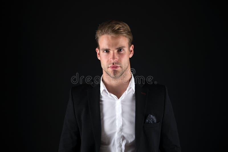 Άκρες καλλωπισμού τρίχας Το επιχειρησιακό άτομο εκαλλώπισε καλά το σκοτεινό υπόβαθρο τύπων Επιχειρηματίες hairstyle Τρίχα επιχειρ στοκ φωτογραφία με δικαίωμα ελεύθερης χρήσης