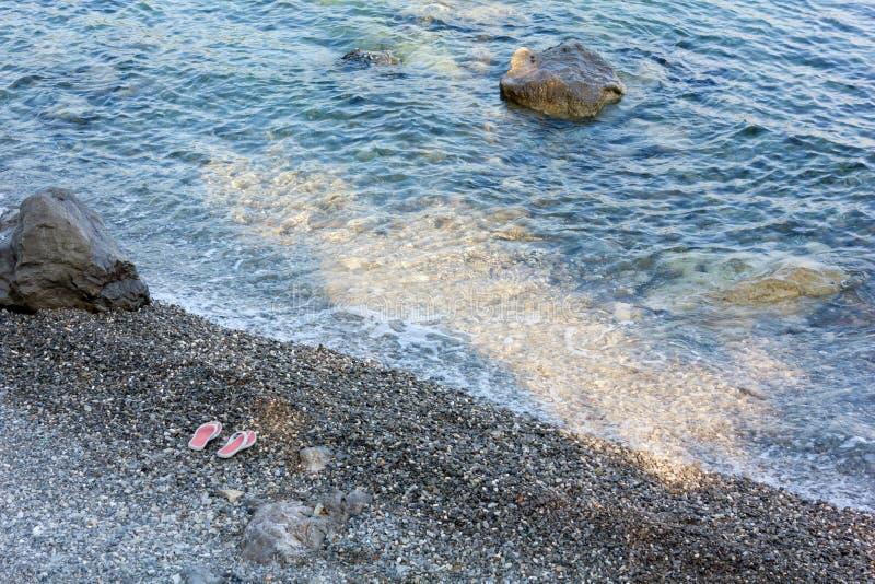 Άκρη νερού μιας δύσκολης παραλίας στοκ φωτογραφία με δικαίωμα ελεύθερης χρήσης