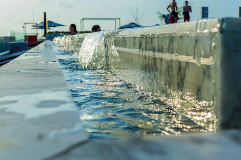 Άκρη της πισίνας υπερχείλισης Καταρράκτης νερού στοκ εικόνα με δικαίωμα ελεύθερης χρήσης