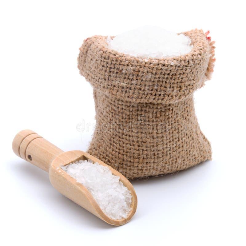 Άλας θάλασσας burlap στην τσάντα σάκων με την ξύλινη σέσουλα που απομονώνεται στο άσπρο υπόβαθρο στοκ φωτογραφία με δικαίωμα ελεύθερης χρήσης