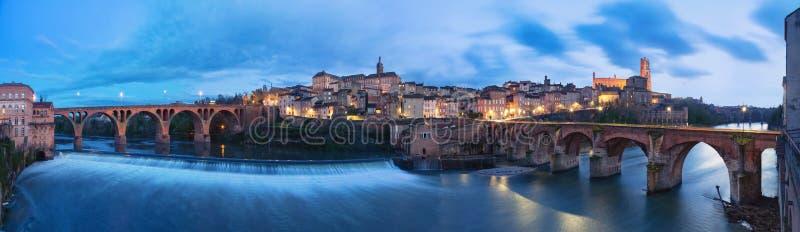 Άλβη, Γαλλία Πανοραμική εικονική παράσταση πόλης στο σούρουπο στοκ εικόνα