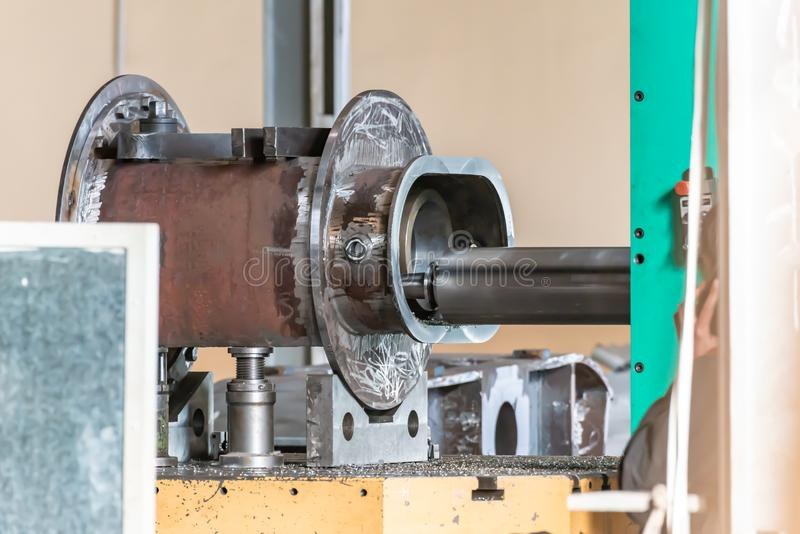 Άλεση ενός μεγάλου μέρους σε ένα CNC άλεσης επεξεργαμένος στη μηχανή κέντρο στοκ φωτογραφίες με δικαίωμα ελεύθερης χρήσης