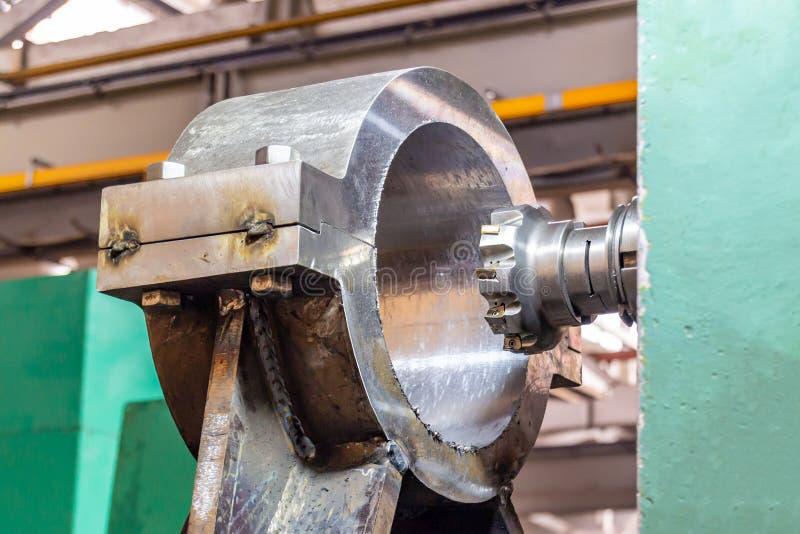 Άλεση ενός μεγάλου μέρους σε ένα CNC άλεσης επεξεργαμένος στη μηχανή κέντρο στοκ εικόνες
