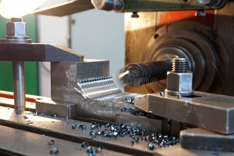 Άλεση του μετάλλου, τρυπώντας μηχανικός κόπτης τρυπών από την άλεση στοκ φωτογραφία με δικαίωμα ελεύθερης χρήσης