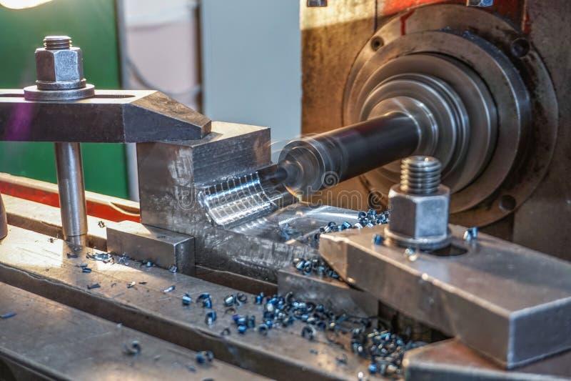 Άλεση του μετάλλου, τρυπώντας μηχανικός κόπτης τρυπών από την άλεση στοκ φωτογραφία