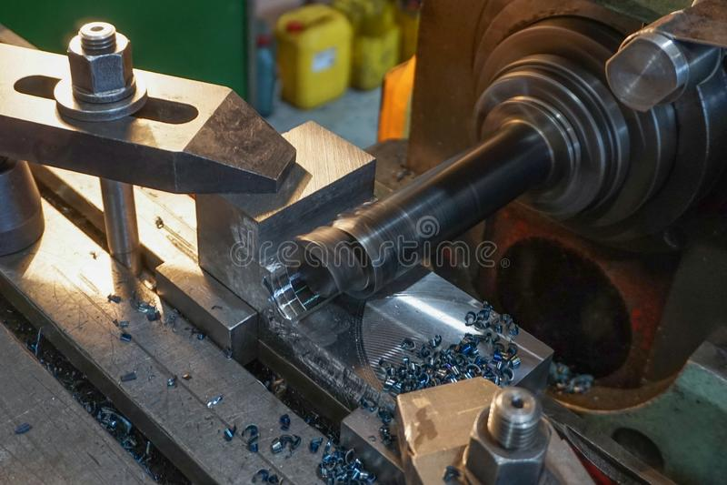 Άλεση του μετάλλου, τρυπώντας μηχανικός κόπτης τρυπών από την άλεση στοκ εικόνες