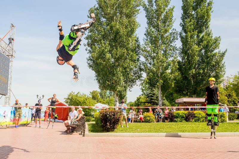 άλματα νεαρών άνδρων στους άλτες στο ανάχωμα ποταμών του Βόλγα θερινό  στοκ εικόνες