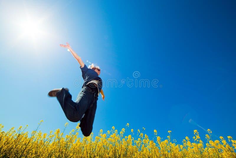 άλμα ελευθερίας πεδίων στοκ φωτογραφία
