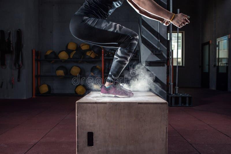 Άλμα κιβωτίων workout στη διαγώνια κατάλληλη κινηματογράφηση σε πρώτο πλάνο γυμναστικής στοκ φωτογραφία