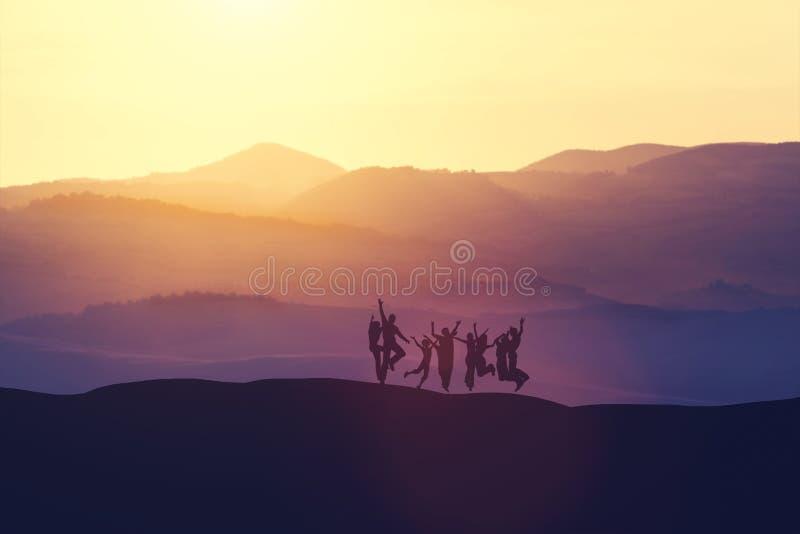 Άλμα ομάδας ανθρώπων υψηλό στο λόφο απεικόνιση αποθεμάτων