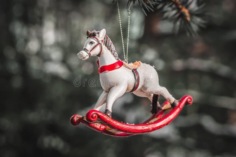 Άλογο λικνίσματος, κινηματογράφηση σε πρώτο πλάνο της διακόσμησης χριστουγεννιάτικων δέντρων στοκ φωτογραφία με δικαίωμα ελεύθερης χρήσης
