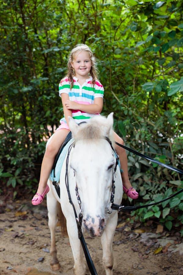 Άλογο οδήγησης παιδιών Πόνι γύρου παιδιών στοκ φωτογραφίες