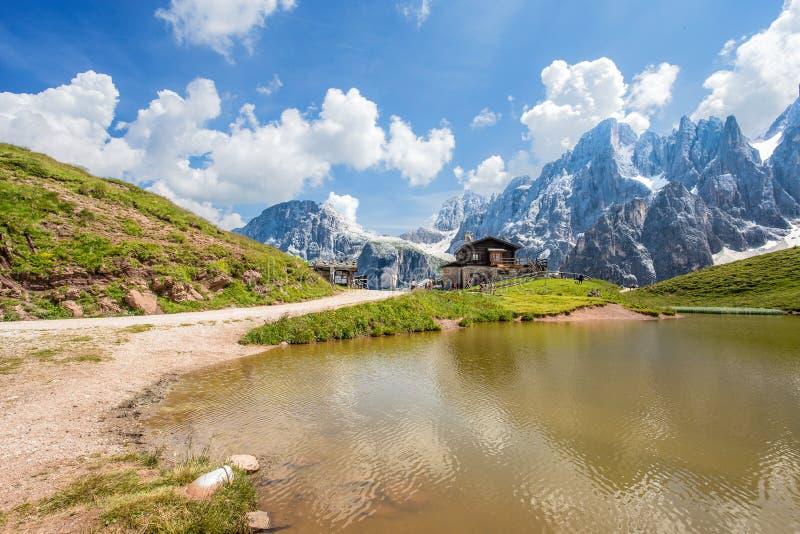 Άλπεις δολομιτών στην Ιταλία, Pale Di SAN Martino βουνά και Baita Segantini με τη λίμνη/το τοπίο στοκ εικόνα με δικαίωμα ελεύθερης χρήσης