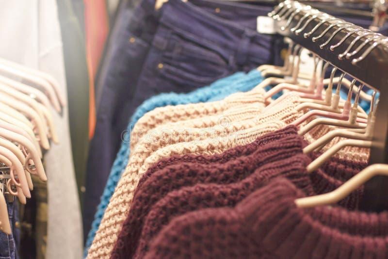 Άλτες των διαφορετικών χρωμάτων στις κρεμάστρες στο κατάστημα στοκ εικόνες με δικαίωμα ελεύθερης χρήσης