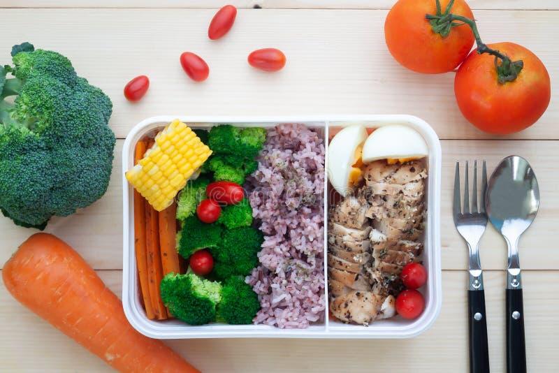Άμεσα ανωτέρω του υγιούς καλαθακιού με φαγητό με τα λαχανικά, ρύζι, boile στοκ εικόνα
