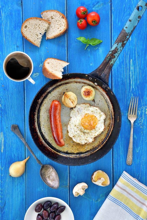 Άμεσα επάνω από τον πυροβολισμό του τηγανισμένου αυγού με το λουκάνικο και του κρεμμυδιού στη σάλτσα στοκ εικόνες με δικαίωμα ελεύθερης χρήσης