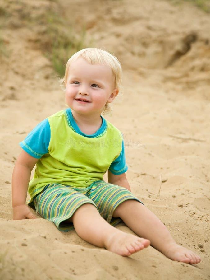 άμμος αγοριών παραλιών δι&epsilo στοκ φωτογραφίες