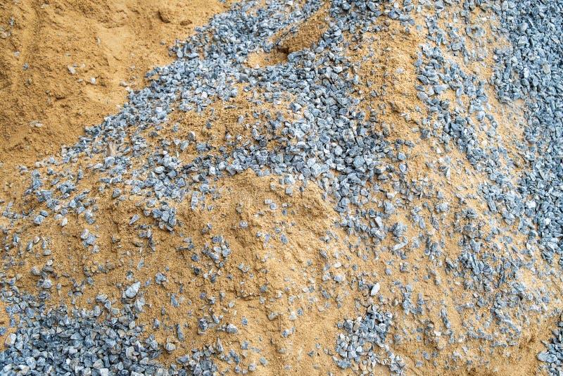 Άμμος και αμμοχάλικο κατασκευής που προετοιμάζονται για το συγκεκριμένο μίγμα στοκ φωτογραφία με δικαίωμα ελεύθερης χρήσης