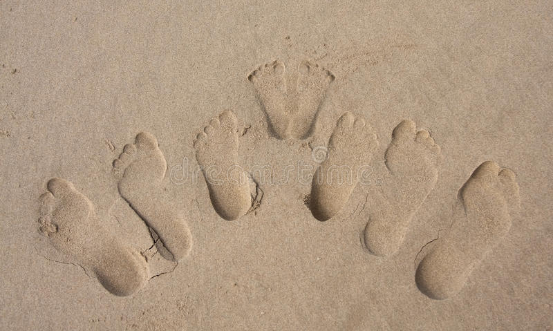 άμμος οικογενειακών ιχνώ& στοκ φωτογραφία με δικαίωμα ελεύθερης χρήσης