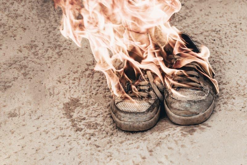 άμμος παραλιών Τα πάνινα παπούτσια είναι πολύ παλαιό έγκαυμα ανοίγουν πυρ r στοκ εικόνα με δικαίωμα ελεύθερης χρήσης
