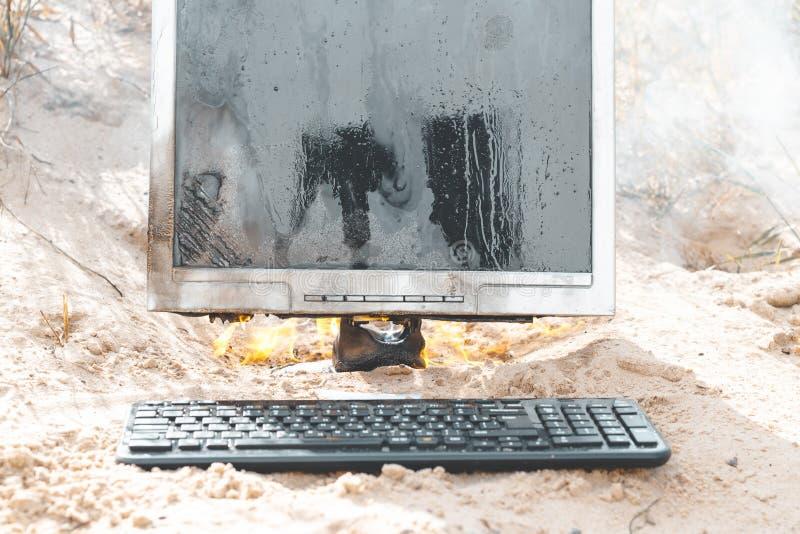 άμμος παραλιών E τα εγκαύματα οργάνων ελέγχου με τον καπνό έχετε ένα πληκτρολόγιο στοκ φωτογραφία