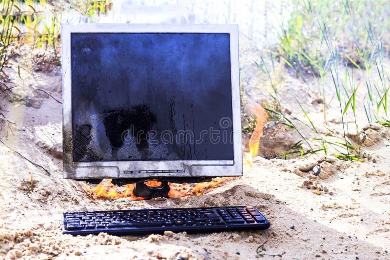 άμμος παραλιών E τα εγκαύματα οργάνων ελέγχου με τον καπνό έχετε ένα πληκτρολόγιο στοκ εικόνες
