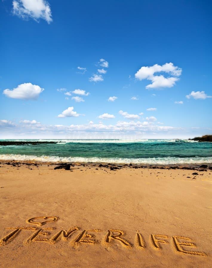 Άμμος παραλιών με τη γραπτή λέξη Tenerife στοκ φωτογραφία με δικαίωμα ελεύθερης χρήσης