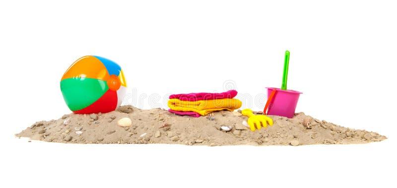 Άμμος παραλιών με τη σφαίρα και τα παιχνίδια στοκ εικόνες με δικαίωμα ελεύθερης χρήσης