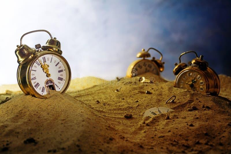 Άμμος που τρέχει έξω ενός ξυπνητηριού, άλλος νεροχύτης ρολογιών στοκ εικόνα