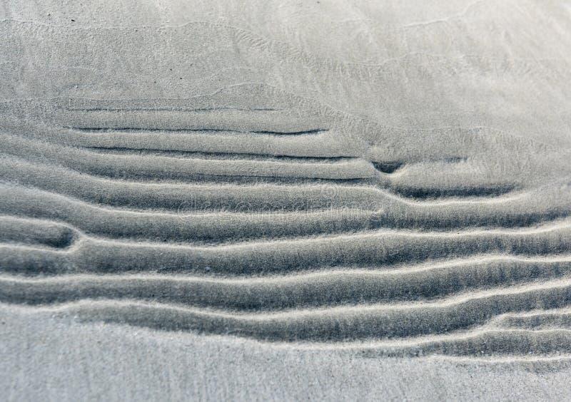 Άμμος στην παραλία Σχεδιασμός στην άμμο που άφησε τα κύματα του περσικού Κόλπου στοκ φωτογραφία με δικαίωμα ελεύθερης χρήσης