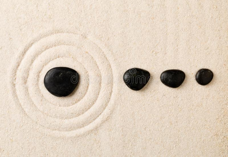 Άμμος της Zen και κήπος πετρών με τους μαζεμένους με τη τσουγκράνα κύκλους Η απλότητα, στοκ φωτογραφίες