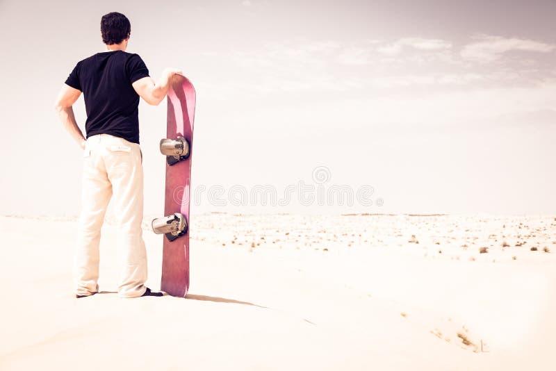 Άμμος τουριστών που κάνει σκι στην έρημο στοκ φωτογραφίες με δικαίωμα ελεύθερης χρήσης