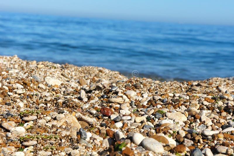 Άμμος χαλικιών θάλασσας στο υπόβαθρο της θάλασσας στοκ εικόνες με δικαίωμα ελεύθερης χρήσης