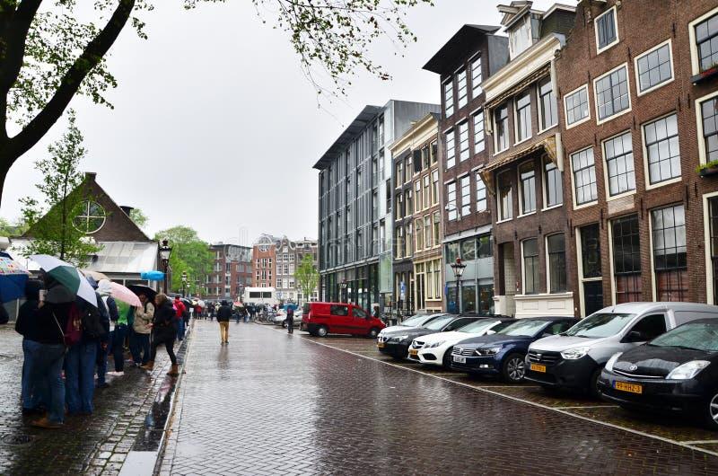 Άμστερνταμ, Κάτω Χώρες - 16 Μαΐου 2015: Οι τουρίστες που περιμένουν στη σειρά στην Άννα Φρανκ στεγάζουν και το μουσείο ολοκαυτώμα στοκ εικόνα με δικαίωμα ελεύθερης χρήσης