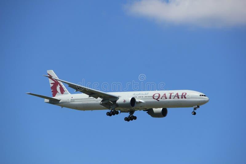 Άμστερνταμ οι Κάτω Χώρες - 9 Ιουλίου 2017: A7-BAX εναέριοι διάδρομοι Boeing 777-300 του Κατάρ στοκ εικόνα