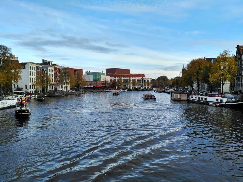 Άμστερνταμ/οι Κάτω Χώρες - 30 Οκτωβρίου 2016: Άποψη σχετικά με το κανάλι του Άμστερνταμ, κεντρική Όπερα στην απόσταση στοκ φωτογραφία