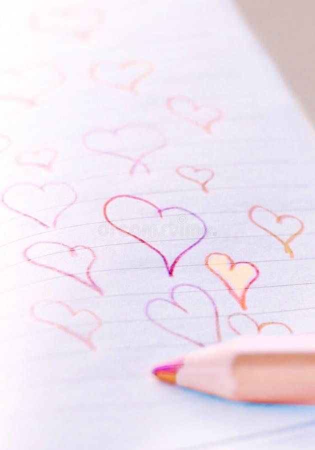 άνδρας αγάπης φιλιών έννοιας στη γυναίκα Κόκκινη και πορτοκαλιά καρδιά Doodles στοκ φωτογραφία με δικαίωμα ελεύθερης χρήσης