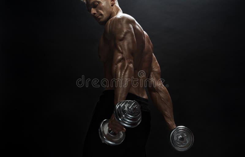 Άνδρας γυμναστικής ποζάρουν στο στούντιο στοκ εικόνες