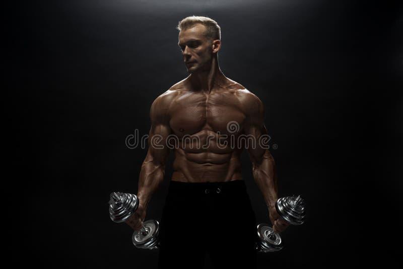 Άνδρας γυμναστικής ποζάρουν στο στούντιο στοκ εικόνα