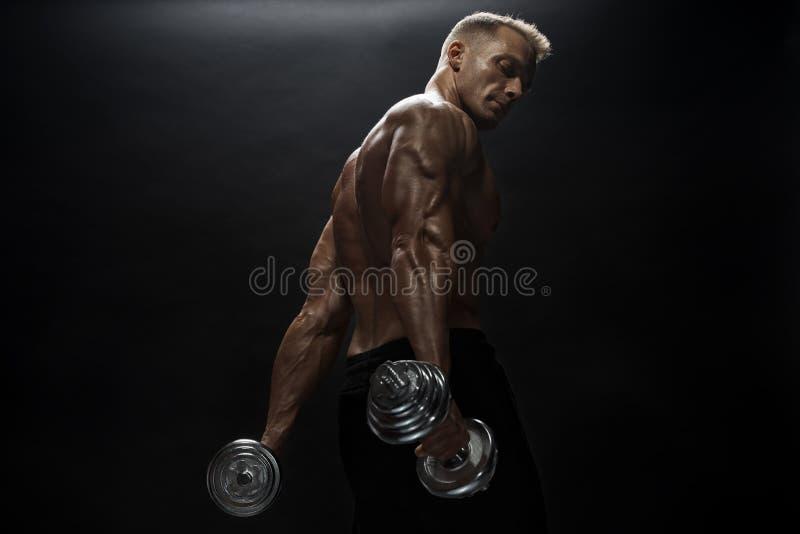 Άνδρας γυμναστικής ποζάρουν στο στούντιο στοκ φωτογραφία