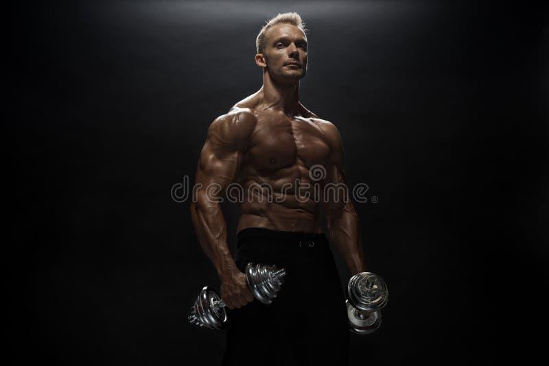 Άνδρας γυμναστικής ποζάρουν στο στούντιο στοκ φωτογραφίες