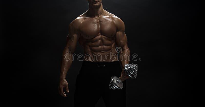 Άνδρας γυμναστικής ποζάρουν στο στούντιο στοκ φωτογραφία με δικαίωμα ελεύθερης χρήσης